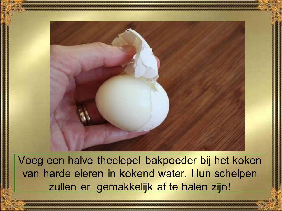 Voeg een halve theelepel bakpoeder bij het koken van harde eieren in kokend water.