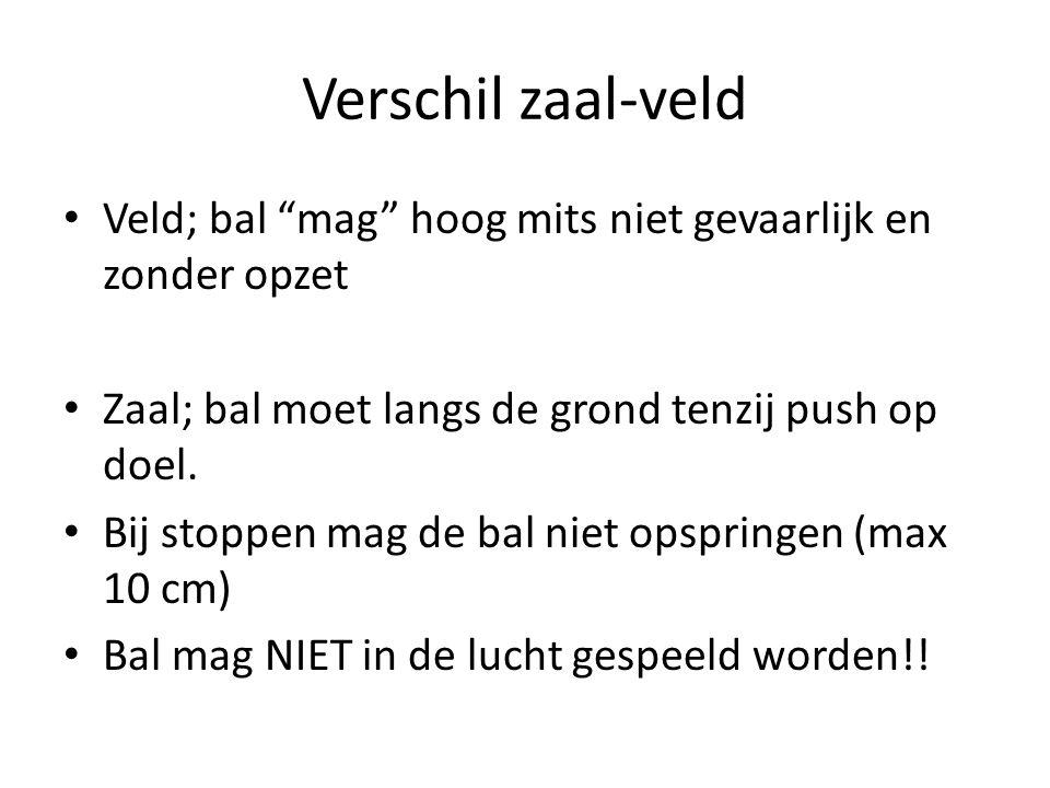 """Verschil zaal-veld Veld; bal """"mag"""" hoog mits niet gevaarlijk en zonder opzet Zaal; bal moet langs de grond tenzij push op doel. Bij stoppen mag de bal"""