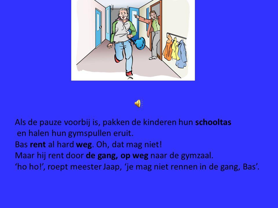 Als de pauze voorbij is, pakken de kinderen hun schooltas en halen hun gymspullen eruit.