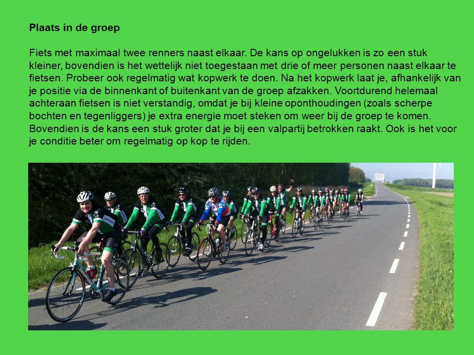 Plaats in de groep Fiets met maximaal twee renners naast elkaar. De kans op ongelukken is zo een stuk kleiner, bovendien is het wettelijk niet toegest