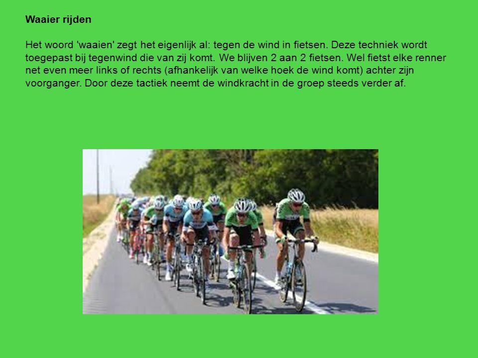 Waaier rijden Het woord 'waaien' zegt het eigenlijk al: tegen de wind in fietsen. Deze techniek wordt toegepast bij tegenwind die van zij komt. We bli