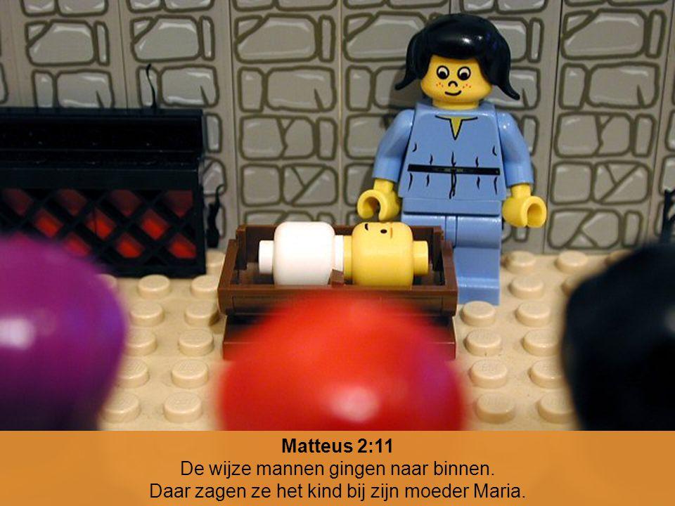 Matteus 2:11 De wijze mannen gingen naar binnen. Daar zagen ze het kind bij zijn moeder Maria.
