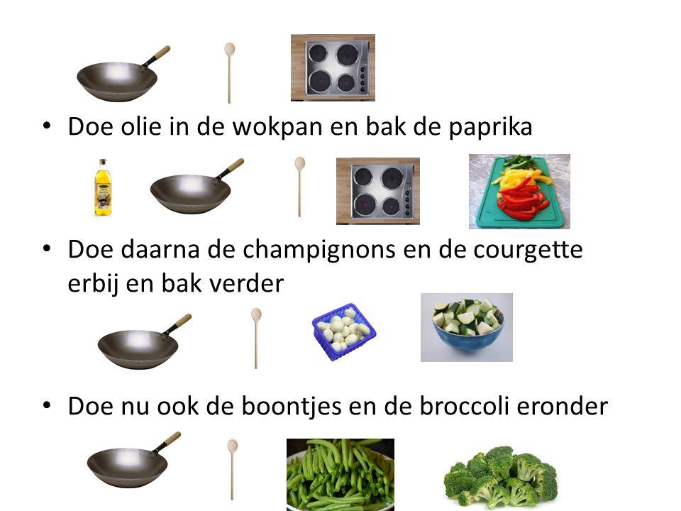 Doe olie in de wokpan en bak de paprika Doe daarna de champignons en de courgette erbij en bak verder Doe nu ook de boontjes en de broccoli eronder
