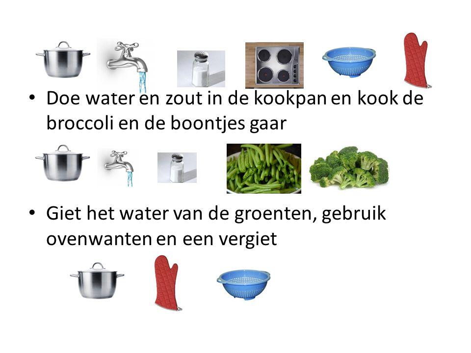 Doe water en zout in de kookpan en kook de broccoli en de boontjes gaar Giet het water van de groenten, gebruik ovenwanten en een vergiet