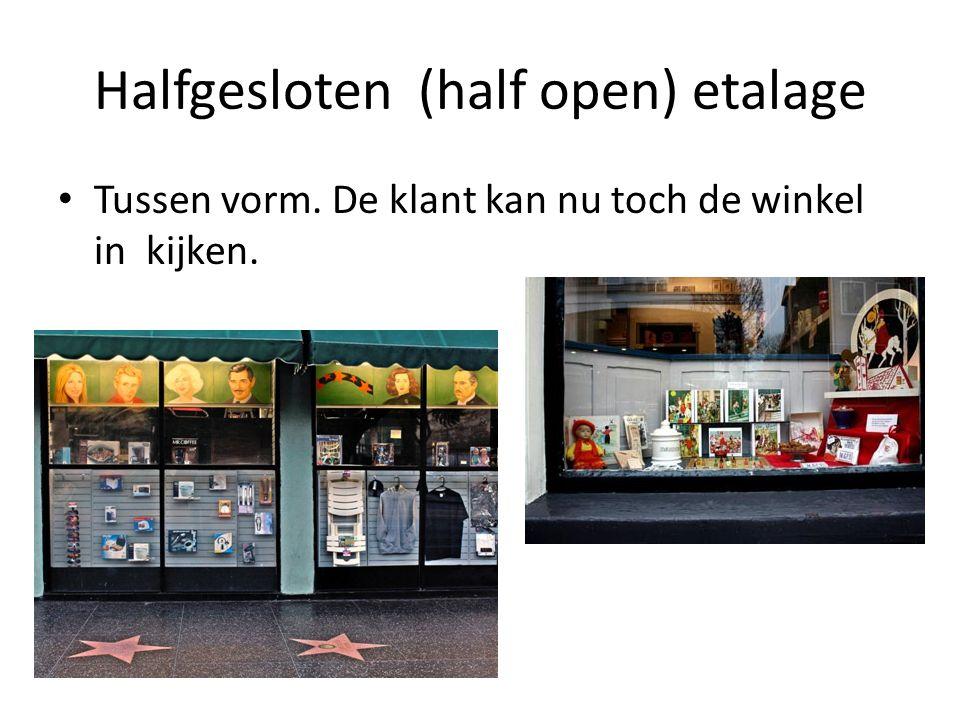 Halfgesloten (half open) etalage Tussen vorm. De klant kan nu toch de winkel in kijken.