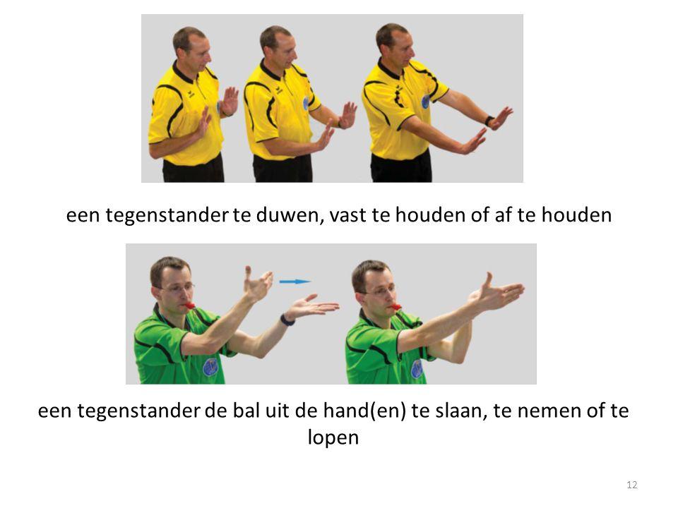 12 een tegenstander te duwen, vast te houden of af te houden een tegenstander de bal uit de hand(en) te slaan, te nemen of te lopen