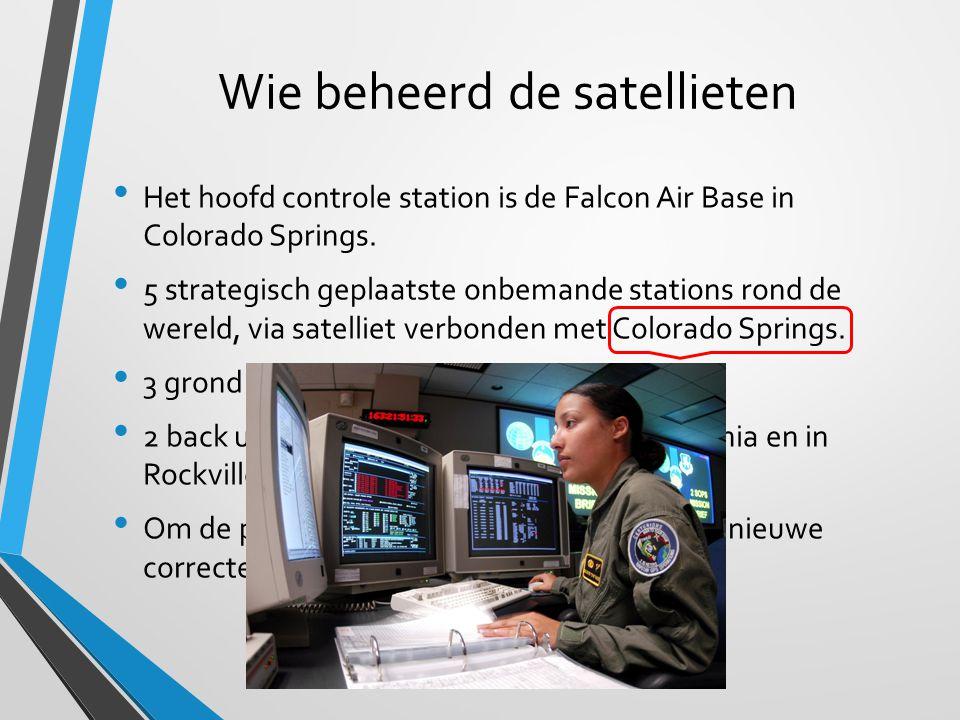 Wie beheerd de satellieten Het hoofd controle station is de Falcon Air Base in Colorado Springs. 5 strategisch geplaatste onbemande stations rond de w