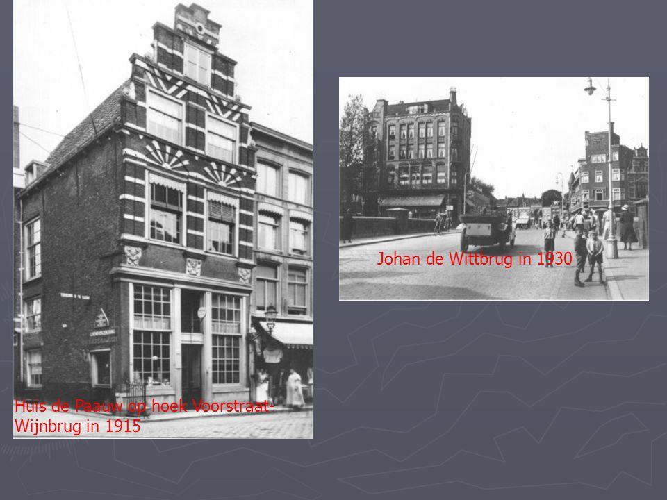 Huis de Paauw op hoek Voorstraat- Wijnbrug in 1915 Johan de Wittbrug in 1930