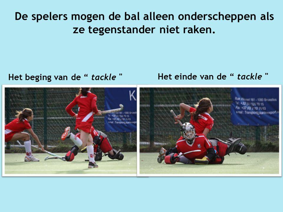 De spelers mogen de bal alleen onderscheppen als ze tegenstander niet raken.