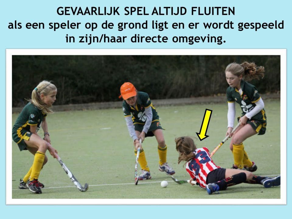 GEVAARLIJK SPEL ALTIJD FLUITEN als een speler op de grond ligt en er wordt gespeeld in zijn/haar directe omgeving.