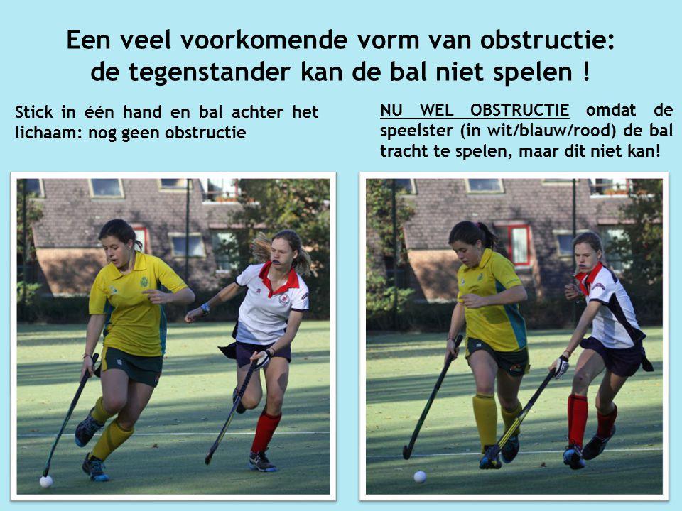 Een veel voorkomende vorm van obstructie: de tegenstander kan de bal niet spelen .