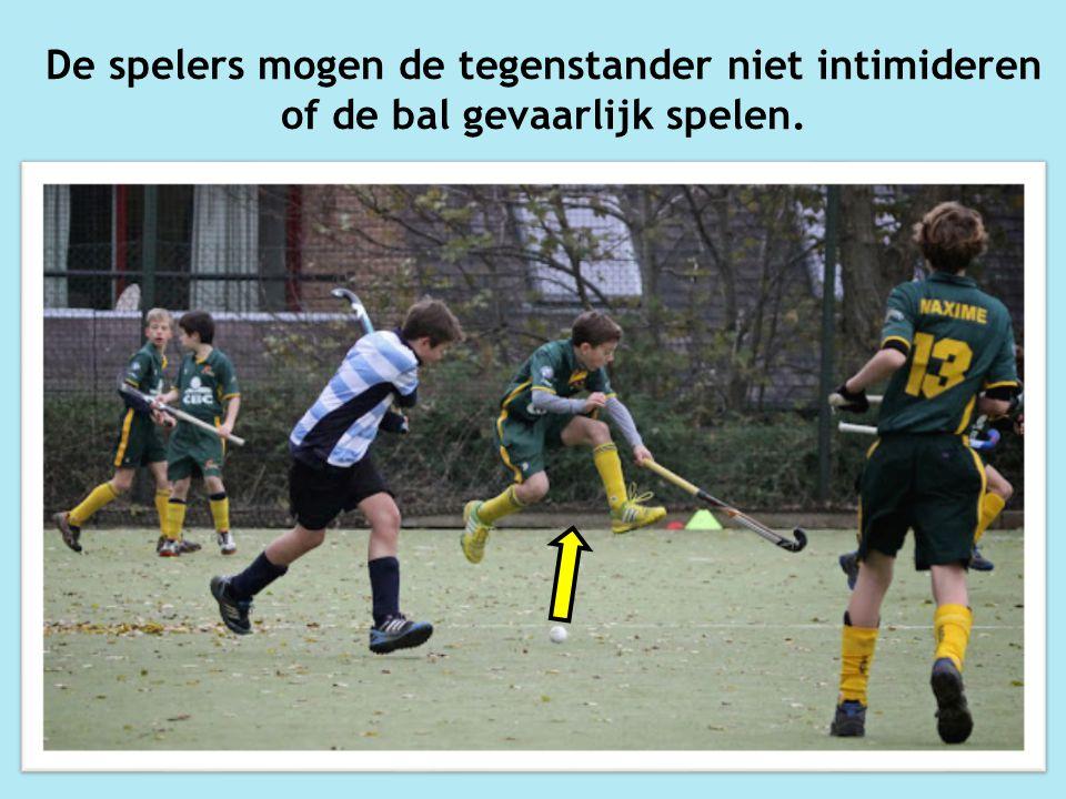 De spelers mogen de tegenstander niet intimideren of de bal gevaarlijk spelen.
