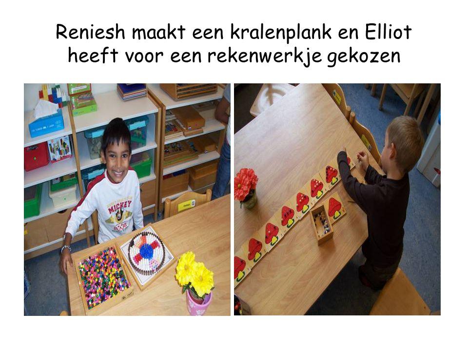 Reniesh maakt een kralenplank en Elliot heeft voor een rekenwerkje gekozen