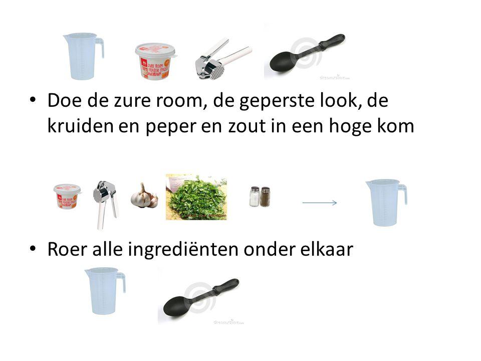 Doe de zure room, de geperste look, de kruiden en peper en zout in een hoge kom Roer alle ingrediënten onder elkaar