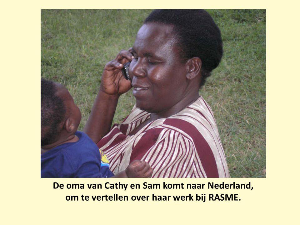 De oma van Cathy en Sam komt naar Nederland, om te vertellen over haar werk bij RASME.