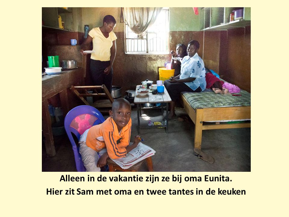 Alleen in de vakantie zijn ze bij oma Eunita. Hier zit Sam met oma en twee tantes in de keuken