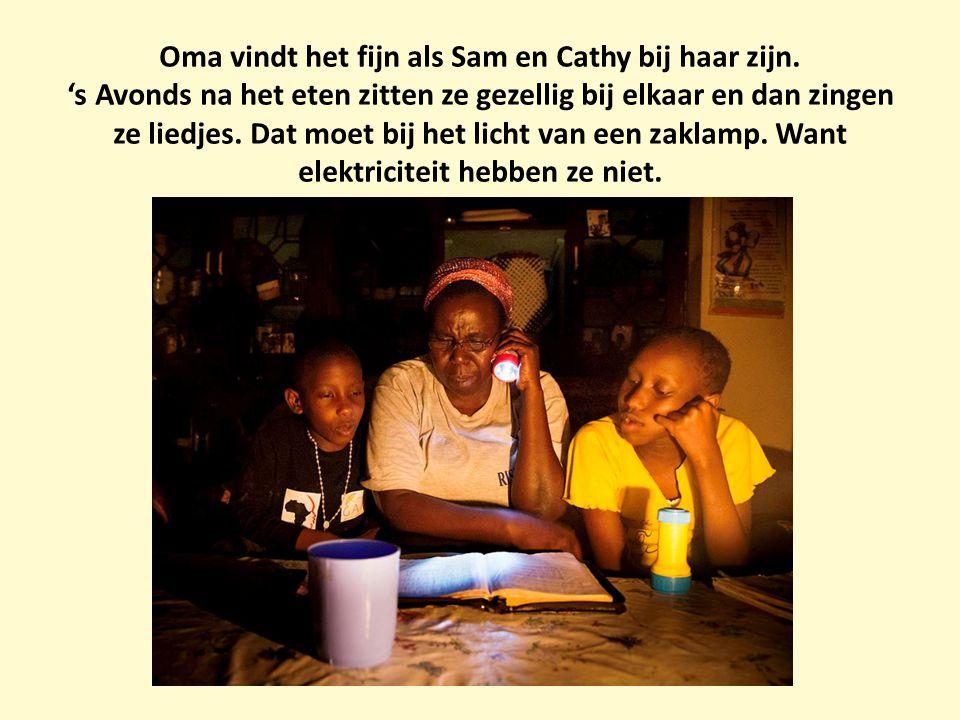Oma vindt het fijn als Sam en Cathy bij haar zijn. 's Avonds na het eten zitten ze gezellig bij elkaar en dan zingen ze liedjes. Dat moet bij het lich