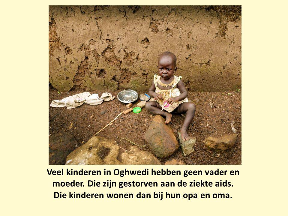 Veel kinderen in Oghwedi hebben geen vader en moeder. Die zijn gestorven aan de ziekte aids. Die kinderen wonen dan bij hun opa en oma.