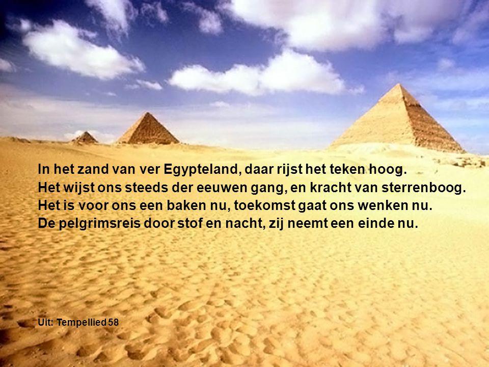 In het zand van ver Egypteland, daar rijst het teken hoog. Het wijst ons steeds der eeuwen gang, en kracht van sterrenboog. Het is voor ons een baken