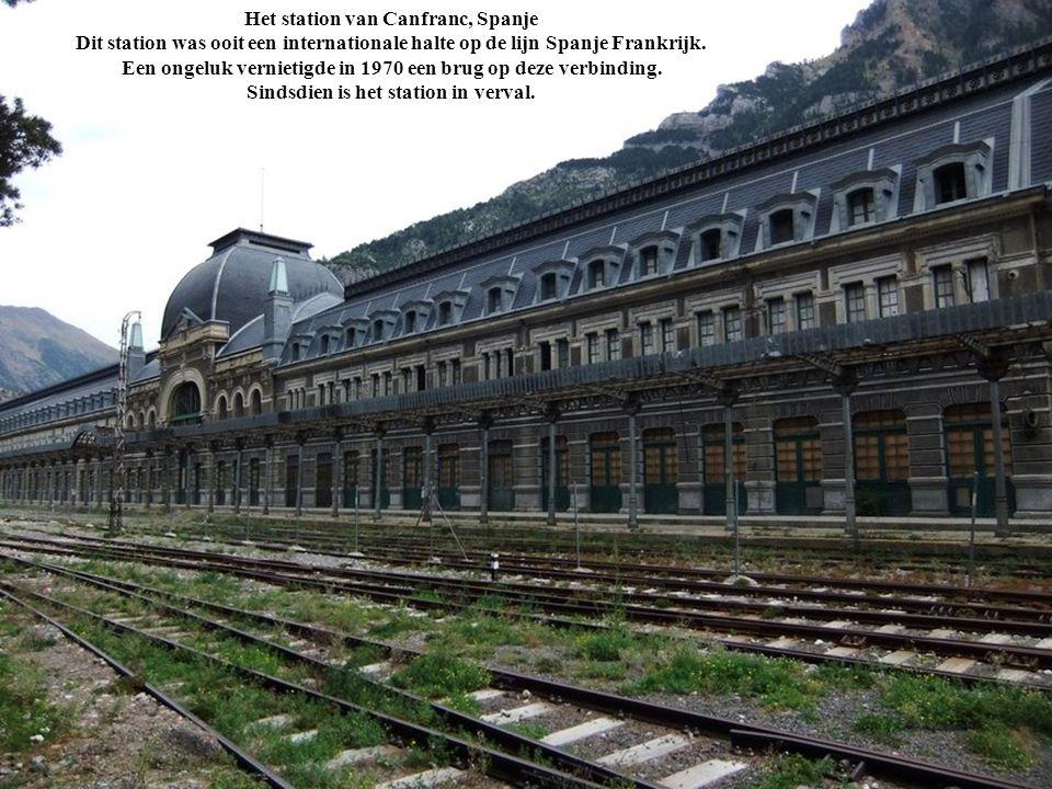 Het station van Canfranc, Spanje Dit station was ooit een internationale halte op de lijn Spanje Frankrijk. Een ongeluk vernietigde in 1970 een brug o