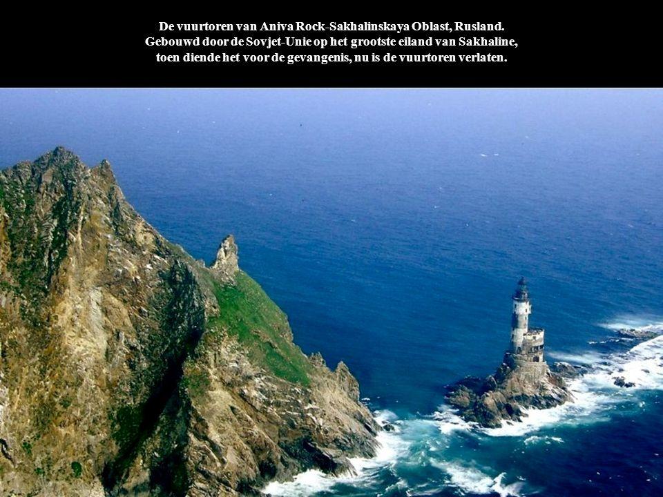 De vuurtoren van Aniva Rock-Sakhalinskaya Oblast, Rusland. Gebouwd door de Sovjet-Unie op het grootste eiland van Sakhaline, toen diende het voor de g