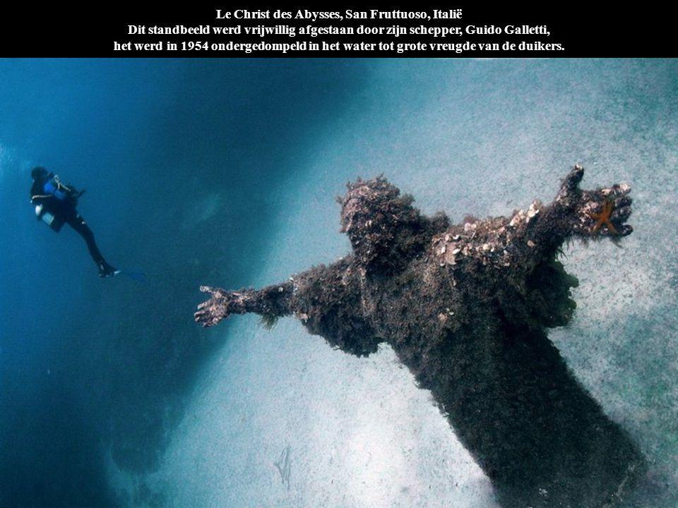 Le Christ des Abysses, San Fruttuoso, Italië Dit standbeeld werd vrijwillig afgestaan door zijn schepper, Guido Galletti, het werd in 1954 ondergedomp