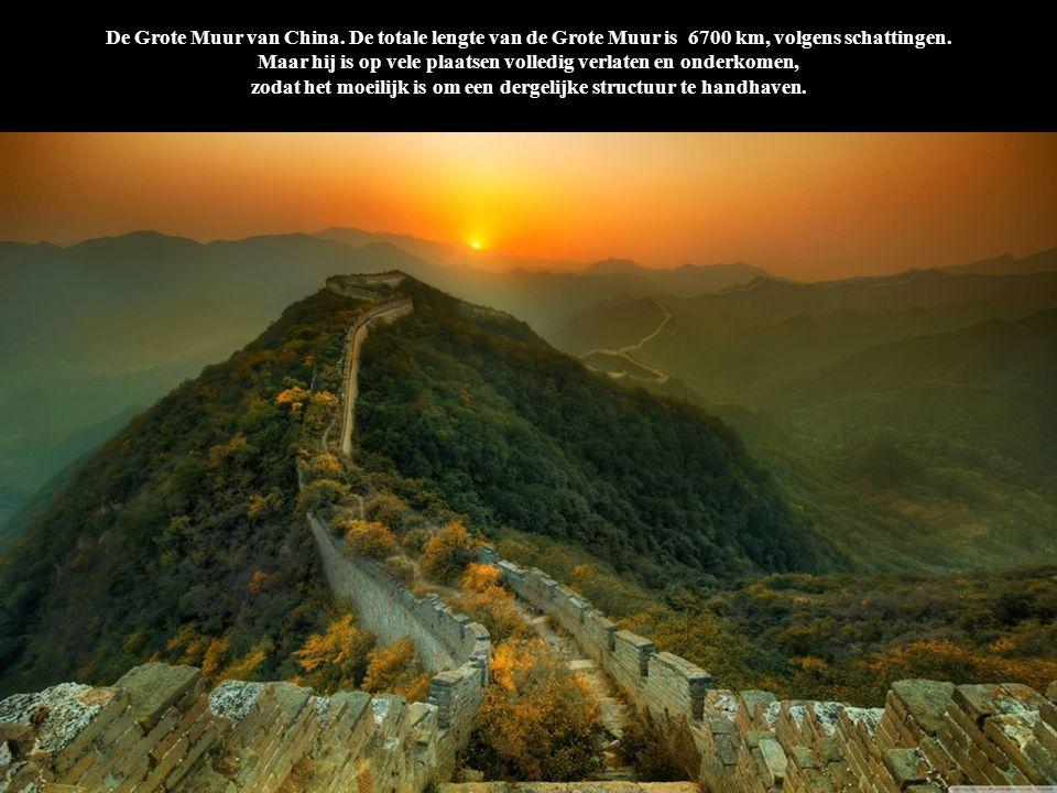 De Grote Muur van China. De totale lengte van de Grote Muur is 6700 km, volgens schattingen. Maar hij is op vele plaatsen volledig verlaten en onderko