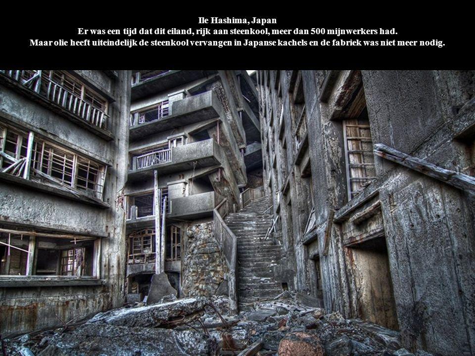 Ile Hashima, Japan Er was een tijd dat dit eiland, rijk aan steenkool, meer dan 500 mijnwerkers had. Maar olie heeft uiteindelijk de steenkool vervang