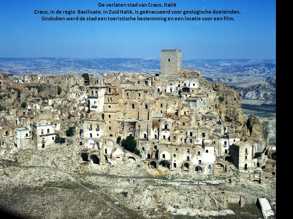 De verlaten stad van Craco, Italië Craco, in de regio Basilicate, in Zuid Italië, is geëvacueerd voor geologische doeleinden. Sindsdien werd de stad e