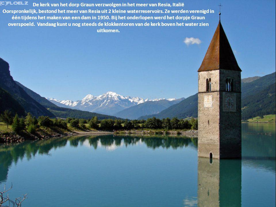 De kerk van het dorp Graun verzwolgen in het meer van Resia, Italië Oorspronkelijk, bestond het meer van Resia uit 2 kleine waterreservoirs. Ze werden