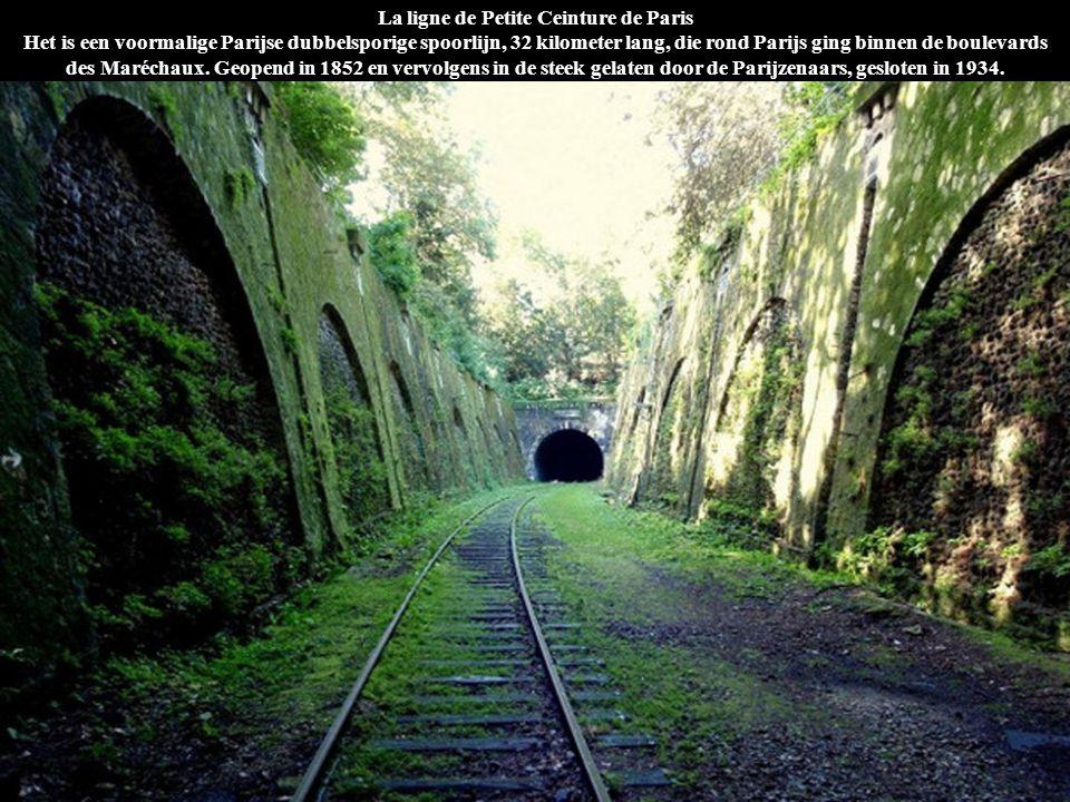 La ligne de Petite Ceinture de Paris Het is een voormalige Parijse dubbelsporige spoorlijn, 32 kilometer lang, die rond Parijs ging binnen de boulevar