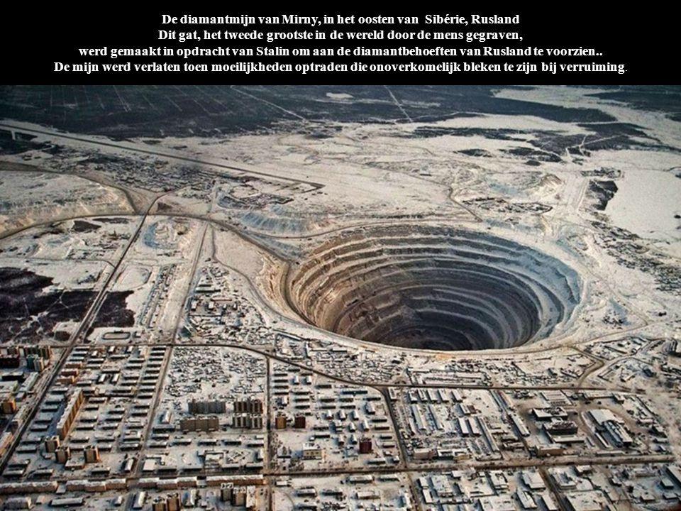 De diamantmijn van Mirny, in het oosten van Sibérie, Rusland Dit gat, het tweede grootste in de wereld door de mens gegraven, werd gemaakt in opdracht