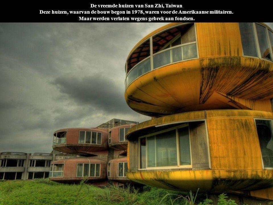 De vreemde huizen van San Zhi, Taiwan Deze huizen, waarvan de bouw begon in 1978, waren voor de Amerikaanse militairen. Maar werden verlaten wegens ge