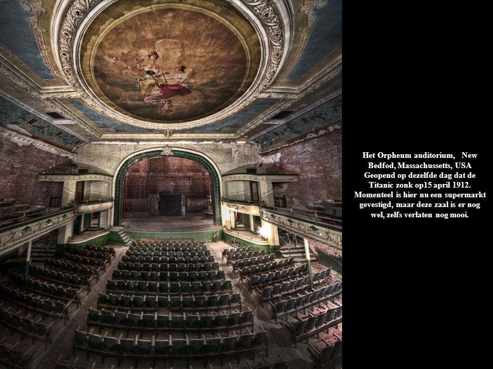 Het Orpheum auditorium, New Bedfod, Massachussetts, USA Geopend op dezelfde dag dat de Titanic zonk op15 april 1912. Momenteel is hier nu een supermar