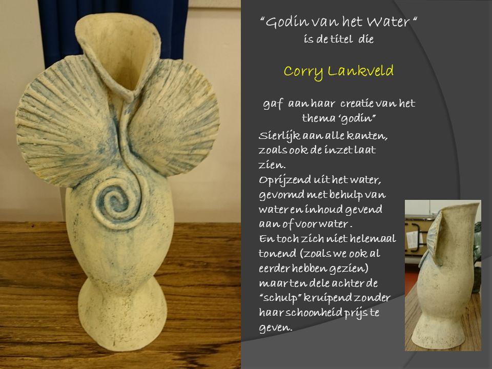 """""""Godin van het Water """" is de titel die Corry Lankveld gaf aan haar creatie van het thema 'godin"""" Sierlijk aan alle kanten, zoals ook de inzet laat zie"""