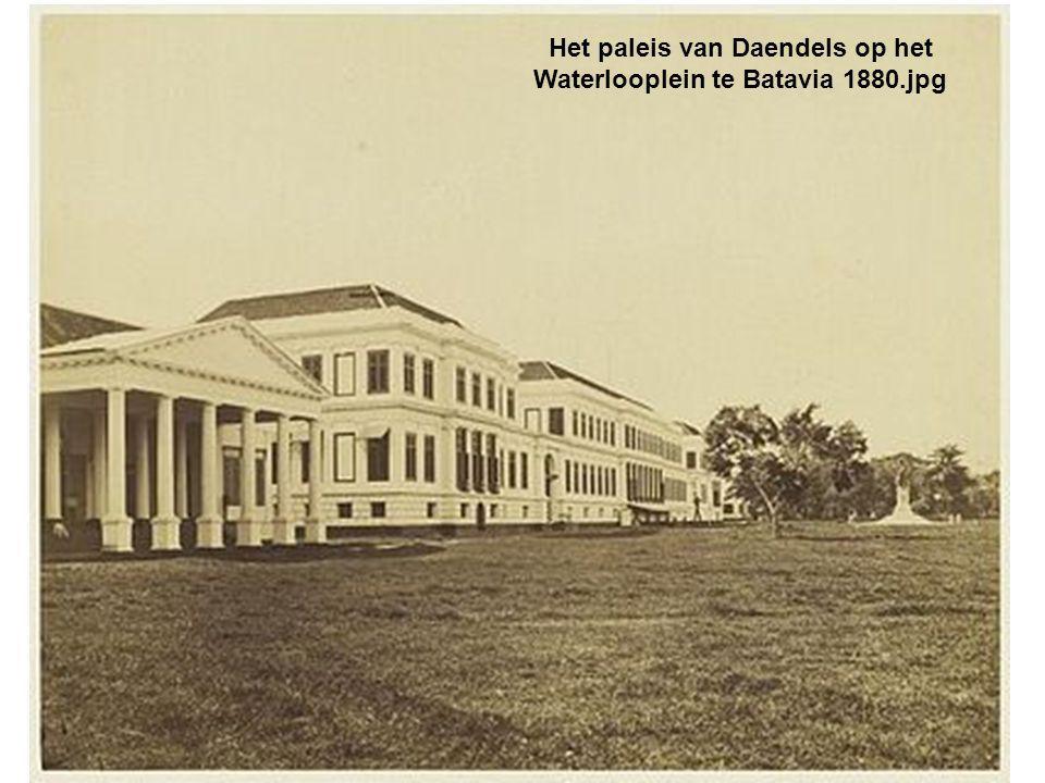Het paleis van Daendels op het Waterlooplein te Batavia 1880.jpg