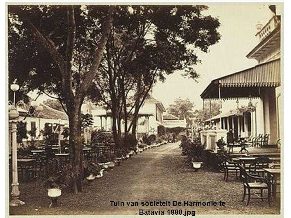 Tuin van sociëteit De Harmonie te Batavia 1880.jpg