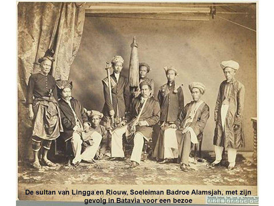 De sultan van Lingga en Riouw, Soeleiman Badroe Alamsjah, met zijn gevolg in Batavia voor een bezoe