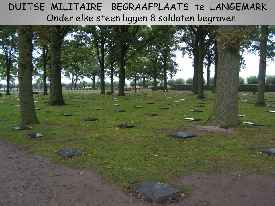 DUITSE MILITAIRE BEGRAAFPLAATS te LANGEMARK De gedenkstenen staan hier niet recht