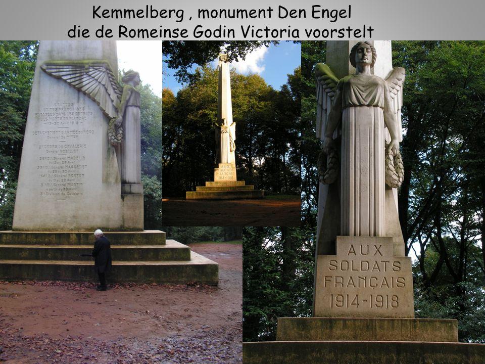 Kemmelberg, Frans Massagraf waarin 5294 soldaten, slechts 57 zijn er bekend hun namen staan op de koperen plaat
