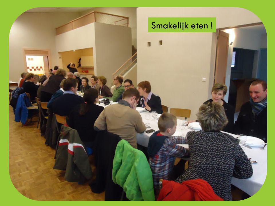 Aan de feesttafel in de dorpszaal