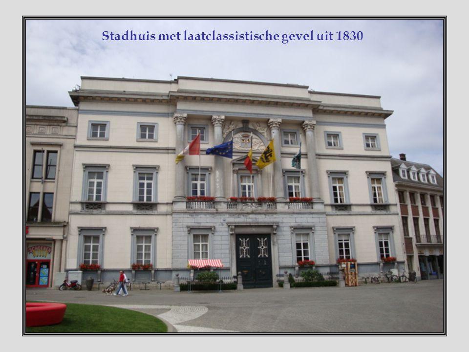 Stationsgebouw In 1852 ontworpen door de gekende architect J.P.Cluysenaer. De kantelen, hoektorentjes en de centrale gevechtstoren herinneren aan een