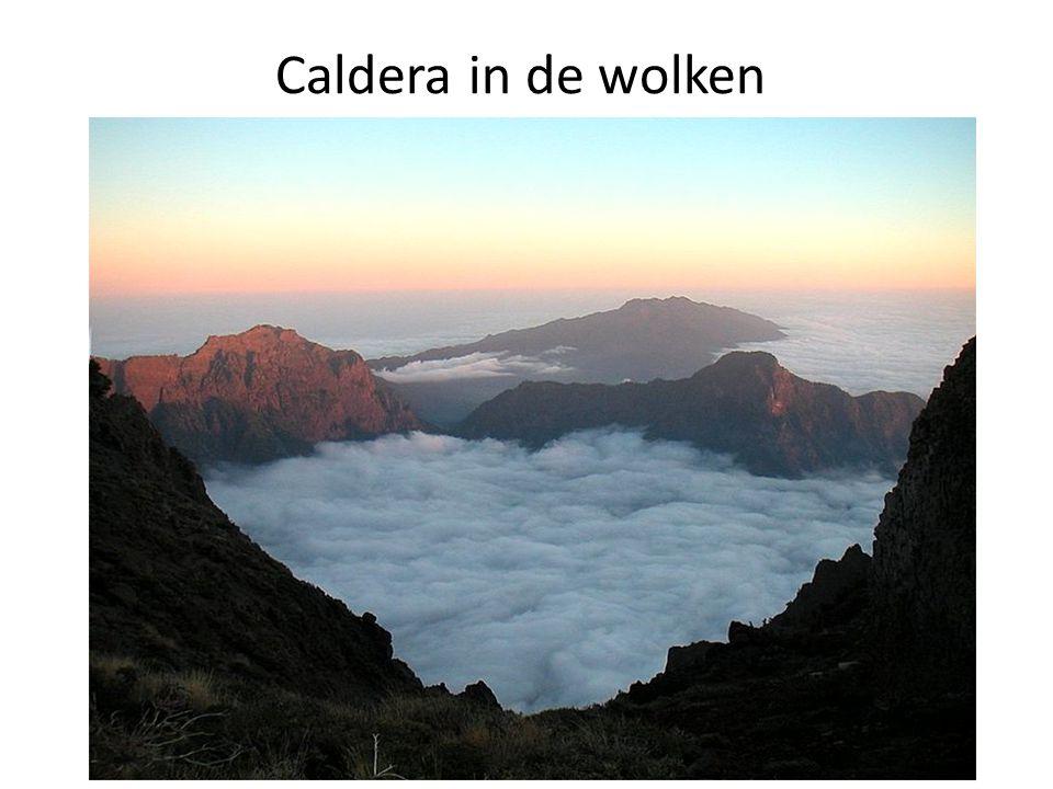 Caldera in de wolken
