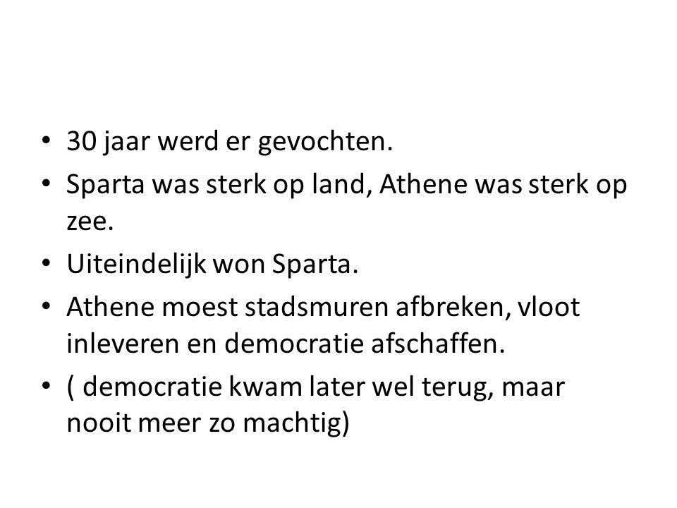 30 jaar werd er gevochten.Sparta was sterk op land, Athene was sterk op zee.