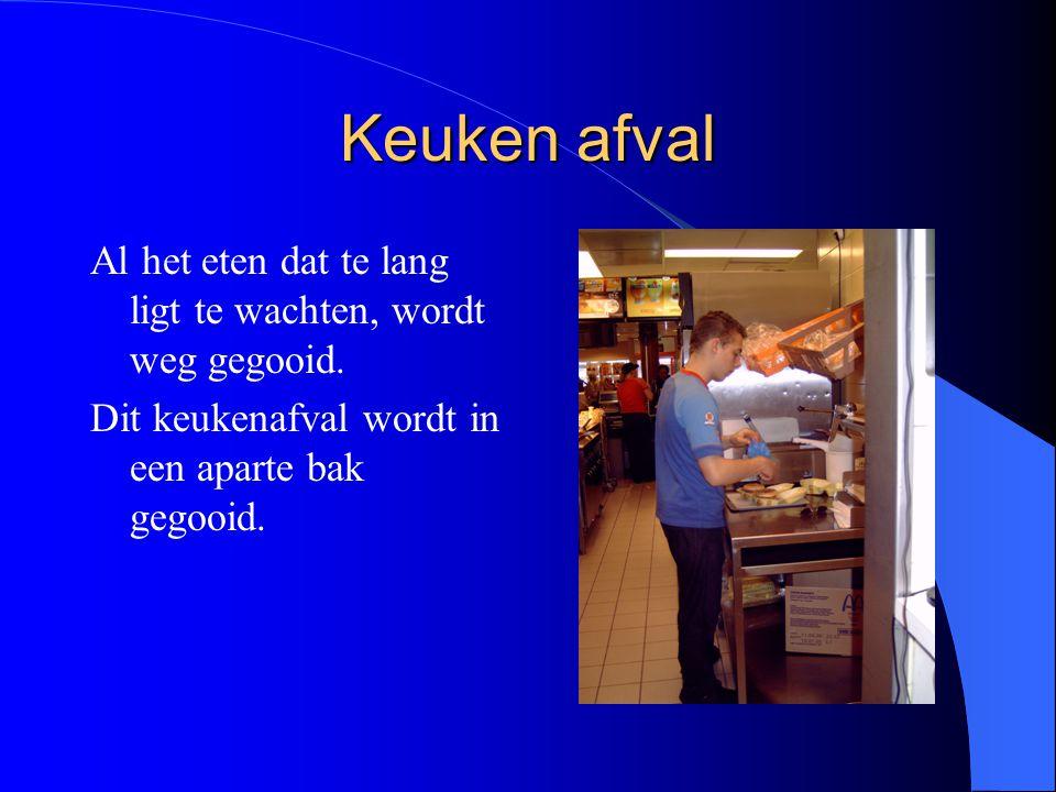 Keukenafval In deze grote bakken wordt het eten weggegooid dat niet meer verkocht mag worden.