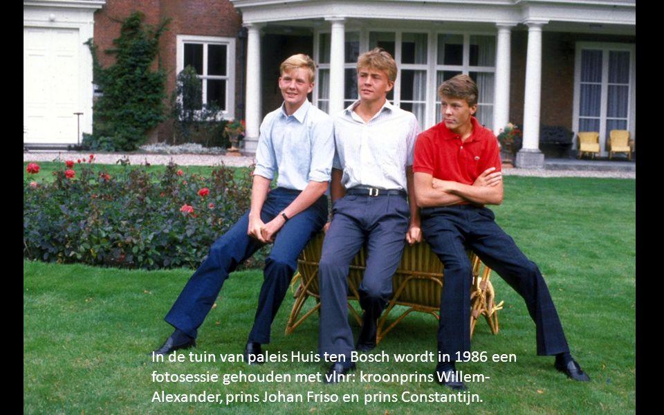 In de tuin van paleis Huis ten Bosch wordt in 1986 een fotosessie gehouden met vlnr: kroonprins Willem- Alexander, prins Johan Friso en prins Constantijn.