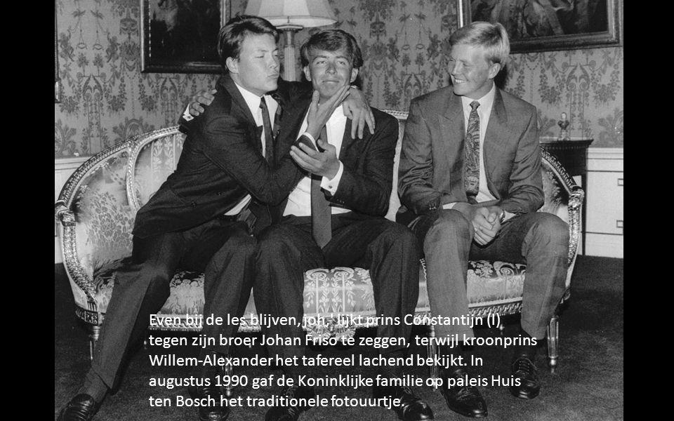 Even bij de les blijven, joh, lijkt prins Constantijn (l) tegen zijn broer Johan Friso te zeggen, terwijl kroonprins Willem-Alexander het tafereel lachend bekijkt.