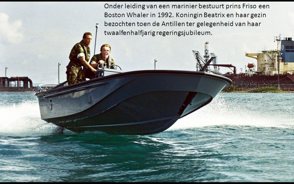 Onder leiding van een marinier bestuurt prins Friso een Boston Whaler in 1992.