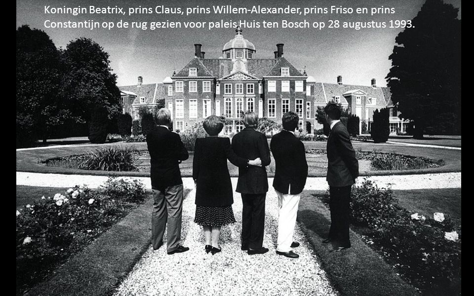 Koningin Beatrix, prins Claus, prins Willem-Alexander, prins Friso en prins Constantijn op de rug gezien voor paleis Huis ten Bosch op 28 augustus 1993.