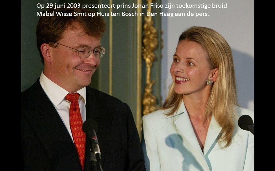 Op 29 juni 2003 presenteert prins Johan Friso zijn toekomstige bruid Mabel Wisse Smit op Huis ten Bosch in Den Haag aan de pers.